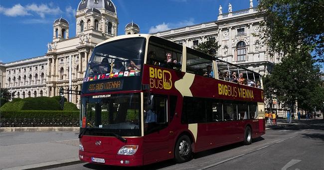 Visita vienna su uno degli autobus a due piani