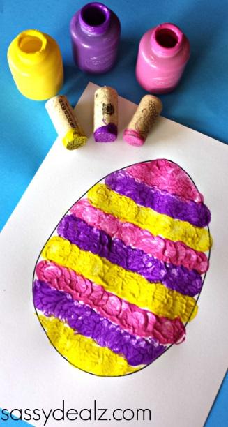 Lavoretti per Pasqua: colorare con il sughero
